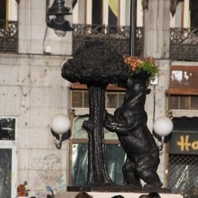 مجسمه خرس و درخت